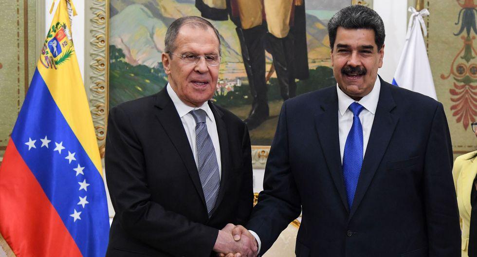 Nicolás Maduro (derecha) junto al canciller ruso, Sergei Lavrov, en el Palacio de Miraflores en Caracas, Venezuela. (AFP / Yuri CORTEZ).