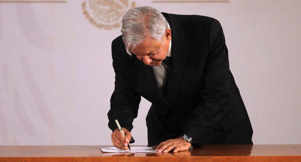 AMLO firma compromiso para no reelegirse como presidente de México. (EFE)