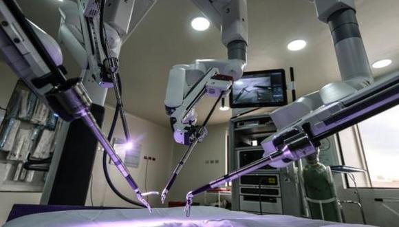 Este robot permite reducir los riesgos de infección, disminuye el tiempo de hospitalización y realiza procedimientos menos invasivos. (Foto: captura de YouTube / El Tiempo)