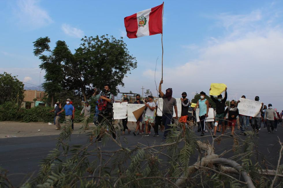Esta tarde se reportó un nuevo bloqueo de la carretera Panamericana Norte, a la altura de Chao, provincia de Virú, en la región La Libertad. (Foto: Elmer Paredes)