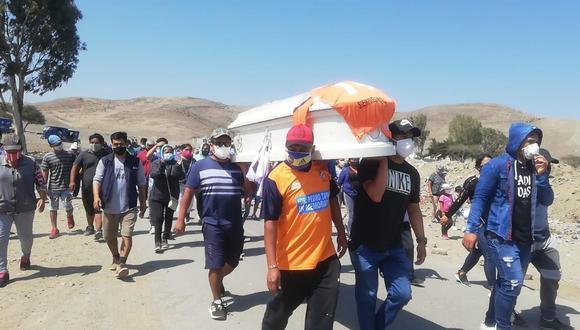 Más de 500 personas acompañaron el cortejo fúnebre hasta el cementerio El Ángel. (Foto: cortesía)