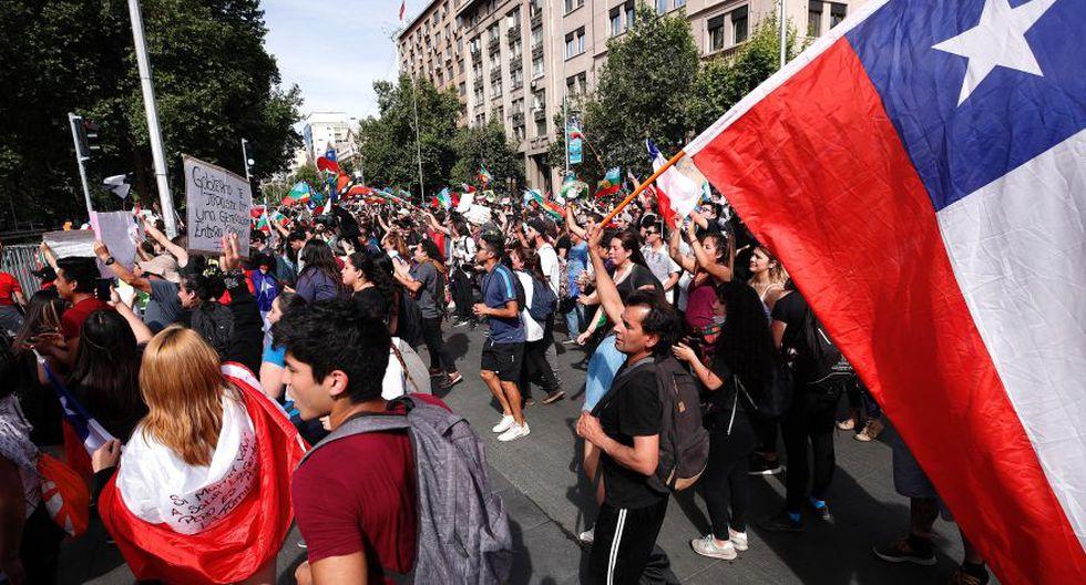 La multitudinaria manifestación del 25 de octubre ha hecho olvidar la destrucción del metro. Cuando la violencia del anarquismo se retiró, la bandera chilena reemplazó a las banderas políticas. (Foto:EFE)