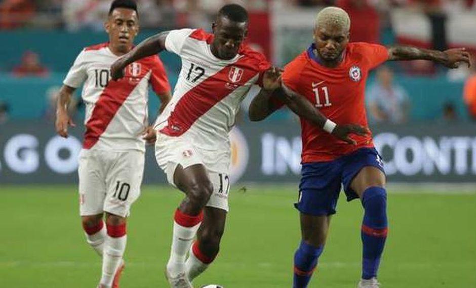 Manoel de Tezanos Pinto, periodista de FOX Sports, tuvo duras críticas en contra de Ángelo Sagal por intentar ganar en velocidad a Luis Advíncula. El hecho se dio durante el Perú vs. Chile (Foto: agencias)