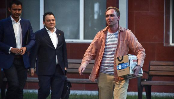 El periodista de investigación ruso Ivan Golunov (derecha), acusado de 'producción o venta ilegal de drogas', abandona la oficina del Departamento de Investigación Jefe de Rusia en Moscú, el 11 de junio de 2019. (Vasily MAXIMOV / AFP).