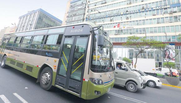 La fiscalía de Ayacucho pidió en mayo pasado, sin éxito, la incautación de 50 buses que formarían parte del patrimonio del presunto clan del narcotráfico. Hoy estos buses pasan frente a la sede de la fiscalía en Lima. (Alessandro Currarino / El Comercio)