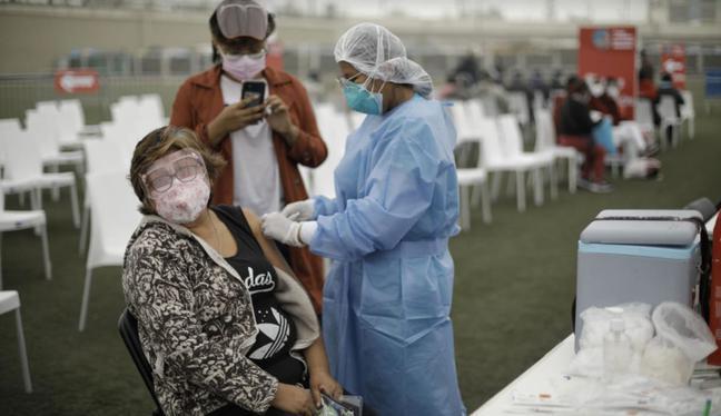 En noviembre se iniciará la aplicación de la tercera dosis a mayores de 65 años en el país | Foto: Archivo El Comercio