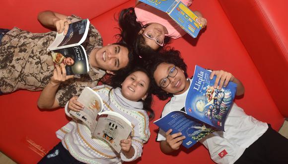 Niños de diferentes edades disfrutan de los libros que forman parte de la Colección Bicentenario. (Foto: Javier Zapata /GEC)