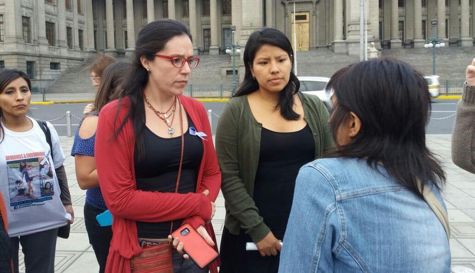 Familiares, colectivos y organizaciones feministas se congregaron esta tarde en el frontis del Poder de Justicia, en el Cercado de Lima, para realizar un plantón por las mujeres desaparecidas y casos de feminicidio. (Yasmín Rosas/El Comercio)