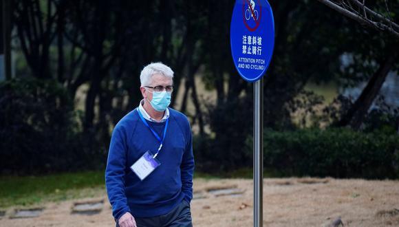 Dominic Dwyer, miembro del equipo de la Organización Mundial de la Salud (OMS) encargado de investigar los orígenes del coronavirus (COVID-19), camina en su hotel en Wuhan, provincia de Hubei, China, el 6 de febrero de 2021. (REUTERS/Aly Song).