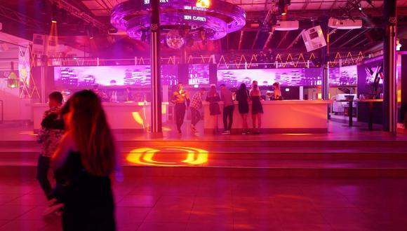 """La gente disfruta de la reapertura de la discoteca """"La Dune"""" en la ciudad sureña francesa de La Grande Motte, el 9 de julio de 2021, después de casi 16 meses de cierre debido a la pandemia de coronavirus Covid-19. (SYLVAIN THOMAS / AFP)."""