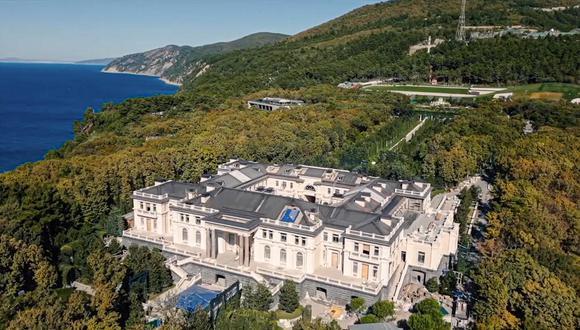 Esta imagen tomada por un dron muestra la fastuosa residencia atribuida al presidente ruso, Vladimir Putin. La propiedad, de casi 18 mil m2, está rodeada por bosques y ubicada a orillas del Mar Negro. AP