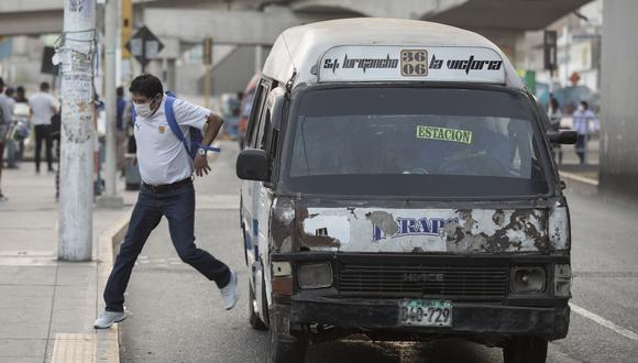 Esta destartalada combi tiene más de 24 mil soles en papeletas pendientes, pero sigue circulando y trasladando pasajeros. (Fotos: Anthony Niño de Guzman/GEC)