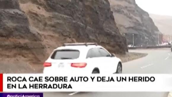 Roca cae de acantilado sobre auto y deja un herido en La Herradura. (Foto: América TV)