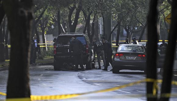 La policía inspecciona un automóvil después de que el Secretario de Seguridad Pública de la Ciudad de México, Omar García Harfuch, fuera herido en un ataque. (Foto de PEDRO PARDO / AFP).
