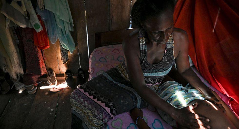 Maya rechaza categóricamente el método folclórico de introducir la cabeza de un polluelo en el ano de los recién nacidos. El susto hace que griten y llenen sus pulmones, pero los pájaros mueren. (Foto: AFP)