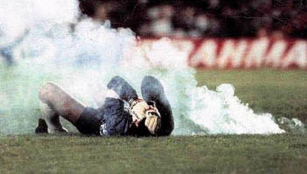 Al minuto 69', Roberto Rojas se dejó caer al observar que una bengala cayó cerca suyo. (Foto: La Tercera)