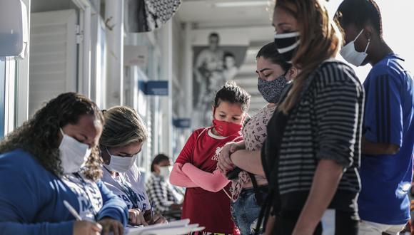 Varias personas asisten a una jornada de vacunación contra el covid-19 a residentes del complejo de favelas de Maré hoy, en la clínica familiar Adib Jatene, en Rio de Janeiro (Brasil). (Foto: EFE)