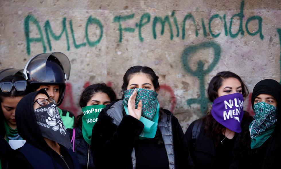 Mujeres protestan contra los feminicidios en las puertas del Palacio Nacional en Ciudad de México. (Foto: REUTERS).