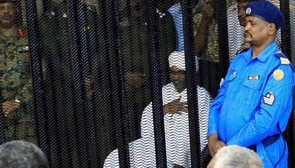 Omar al Bashir, al centro, durante el primer día de su juicio en Jartum, Sudán. (Mohamed Nureldin Abdallah / Reuters).