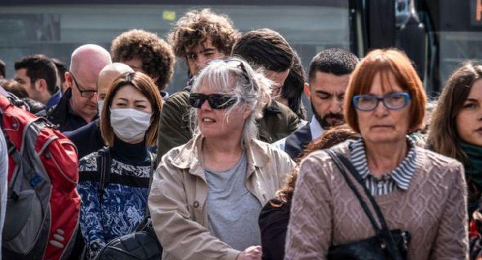 Los expertos recomiendan que aunque no sientan síntomas, las personas deben incluir medidas de precaución para evitar la propagación del virus. (Foto: Getty)
