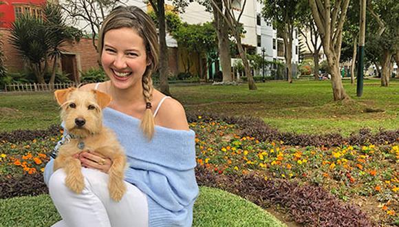 Carla Dorado nació en Santa Cruz, Bolivia, pasó varios años estudiando en Barcelona, España y hoy vive en Lima con su pareja Álvaro Espinel y su perrita adoptada Pipoca.