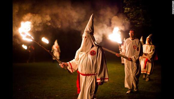Usó vestimenta del Ku Klux Klan para una fiesta de Halloween y genera indignación en redes.