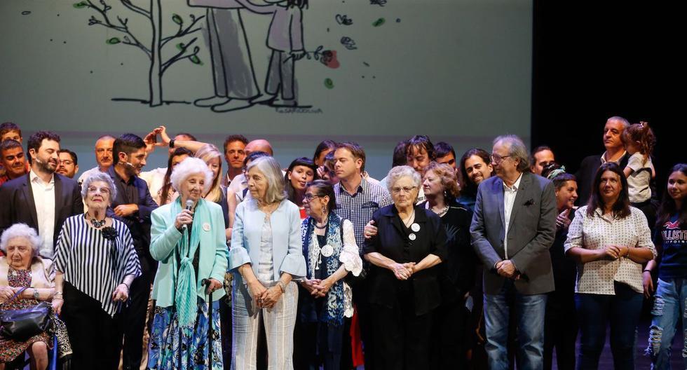 Las Abuelas de Plaza de Mayo junto a sus nietos y el cantante Joan Manuel Serrat, participaron el martes, en un evento en conmemoración de los 42 años de la Organización Abuelas de Plaza de Mayo en Buenos Aires. (EFE)