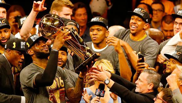 LeBron James ganó su último anillo en el 2016 con los Cleveland Cavaliers. Fue nombrado MVP de las finales | Foto: AFP