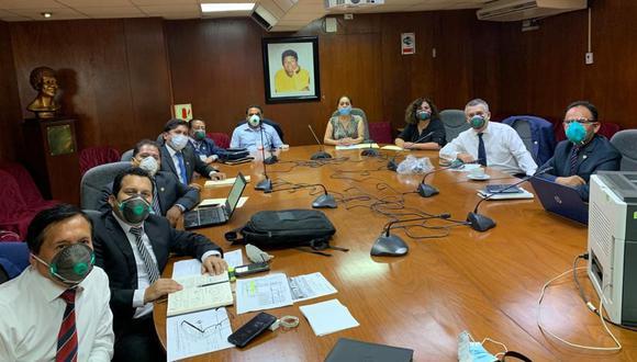 Bancada Podemos Perú reunidos en la Sala Moyano, el 3 de abril pasado, día en el que se debatió el retiro del 25% de los fondos de las AFP. No guardan la distancia aconsejada.