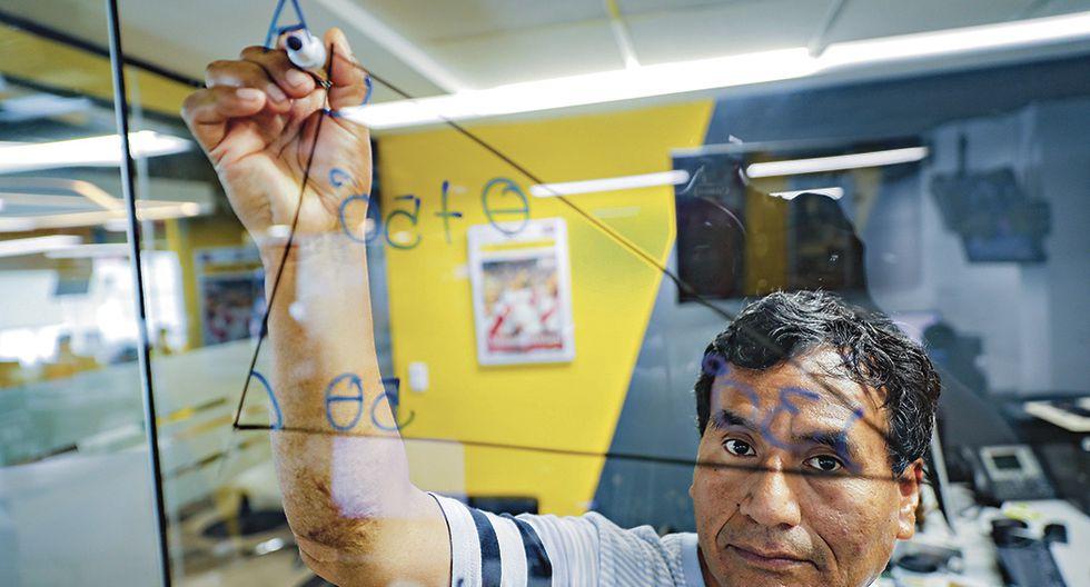 Retrato al profesor Gerson Ames, reconocido por su propuesta de innovación con figuras 3D y hologramas en el área de matemáticas, ganador de diversos premios en el ámbito educativo.