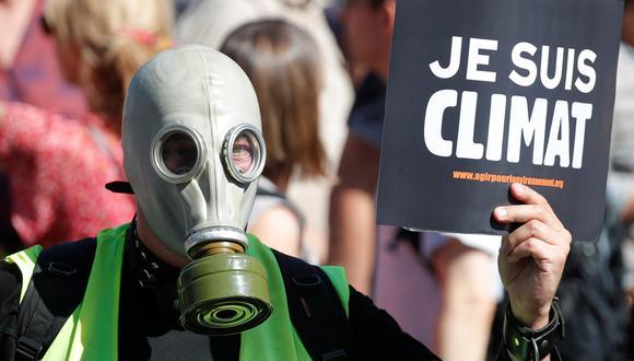 Una persona participa en una protesta en París para exigir a las autoridades que tomen medidas de emergencia contra el cambio climático. (REUTERS / Charles Platiau).