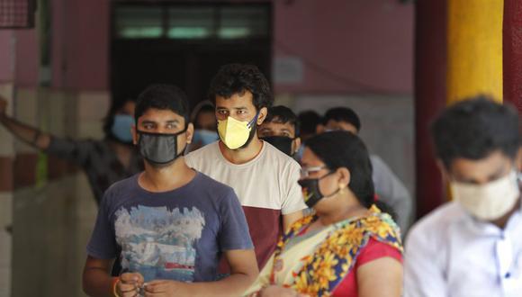 Varias personas hacen fila para someterse a un test rápido de detección del COVID-19 en Nueva Delhi, India, el 24 de junio de 2020. (AP Foto/Manish Swarup).