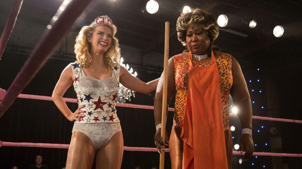 "GLOW proviene de las siglas en inglés ""Gorgeous Ladies of Wrestling"" (""Hermosas damas luchando"").  (Foto: Netflix)"