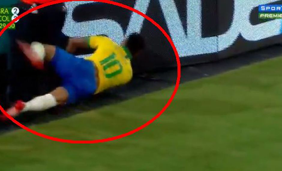 Youtube | Neymar se fue de cara contra panel luminoso en el Brasil vs. Colombia | VIDEO. (Foto: Captura de pantalla)