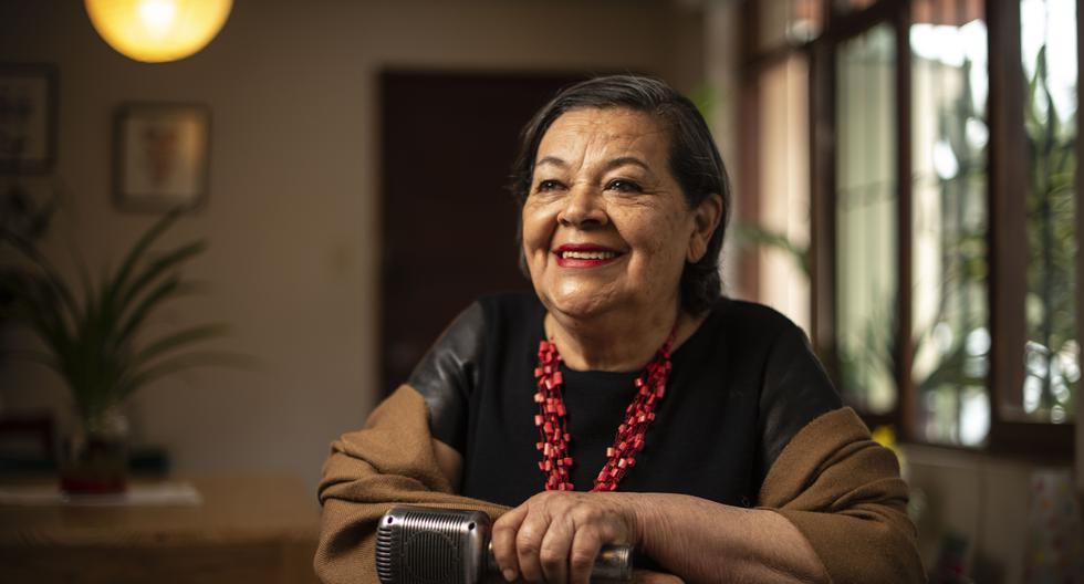 A VIVA VOZ. Fueron personas cercanas a Angelita Caballero quienes la disuadieron de dedicarse a cantar en su juventud. Hoy, a los 71, ya no suelta el micrófono. (Foto: Elías Alfageme)