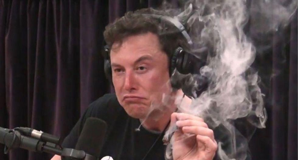Musk dio unas caladas a un cigarro de marihuana en plena transmisión del podcast del actor Joe Rogan. (Foto: YouTube)