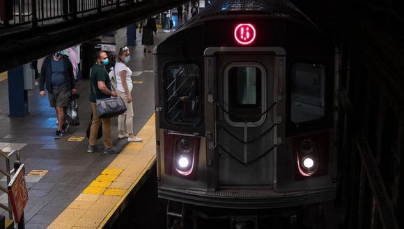 Imagen referencial. La gente espera para entrar en un tren en la ciudad de Nueva York, el 17 de mayo de 2021.  (Angela Weiss / AFP).