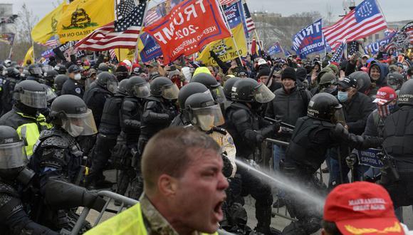 En esta foto de archivo tomada el 6 de enero de 2021, los partidarios de Trump chocan con la policía mientras intentan asaltar el Capitolio. (Foto de Joseph Prezioso / AFP).