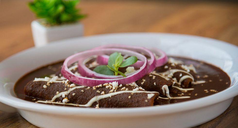 El mole poblano se prepara con varios ingredientes, entre ellos chocolate amargo y diversos tipos de chiles. (Foto: Pixabay)