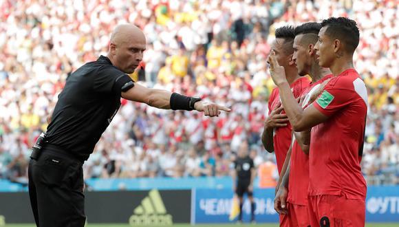 Árbitro ruso, Sergey Karasev, coloca la barrera peruana durante el partido contra Australia. (Foto: Reuters)
