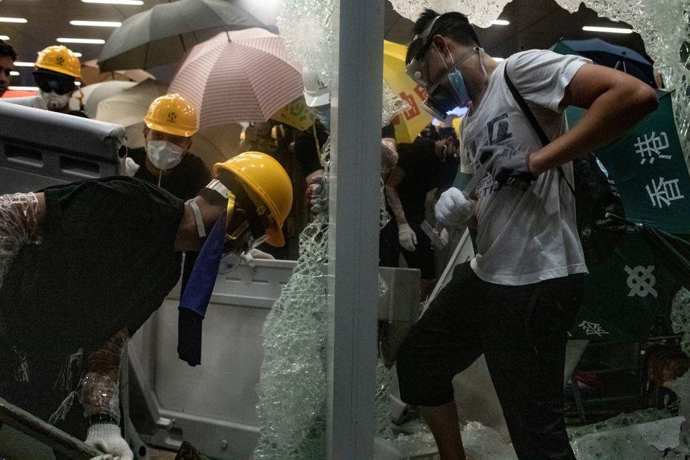 Recientes imágenes muestran que los manifestantes de Hong Kong irrumpieron en el Parlamento. Foto: AFP