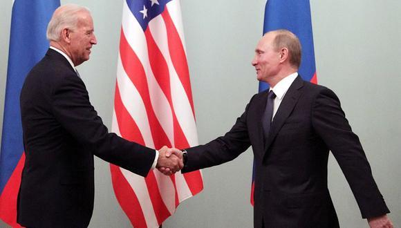 Vladimir Putin espera mejorar las relaciones entre Rusia y Estados Unidos. El 16 de junio se encontrará en una cumbre junto a su homólogo estadounidense, Joe Biden, en Ginebra. Esta imagen es de 2011, cuando Putin era primer ministro y Biden, vicepresidente. (Foto de archivo: EFE/ EPA/ MAXIM SHIPENKOV)