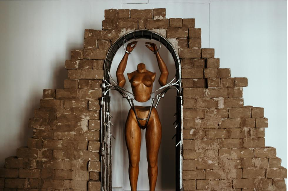 """La obra intenta representar la incógnita que surge en el visitante cuando visita una excavación arqueológica. """"Tiene un cuerpo de madera dentro y una estructura sólida como una huaca de ladrillos. Puede darte a entender que es un altar, un lugar de sacrificio humano o un portal"""", comenta Snyder."""