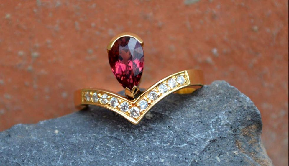 Esta es una turmalina rosa con corte en forma de pera, engastado en un anillo estilo Tiara para novias clásico, con oro amarillo de 18 kilates. (Foto: Difusión)