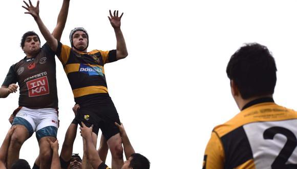 Daniel Arrieta (centro) tiene 26 años y juega para el Club de Rugby Alumni desde el 2010. (Foto: Facebook/Daniel Arrieta)