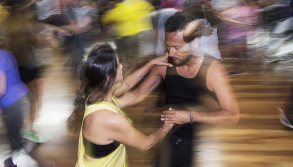 Típica escena de una escuela de baile en Lima, antes de la pandemia del Covid-19. Foto: Omar Lucas para El Comercio.