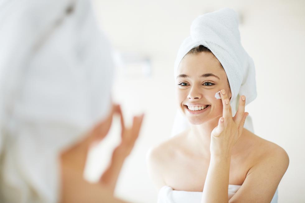 A los 20 años: si presentas acné, no exageres con productos para eliminar la grasa. Si te lavas demasiado el rostro, tu organismo responde produciendo más sebo porque percibe sequedad. (Foto: Shutterstock)