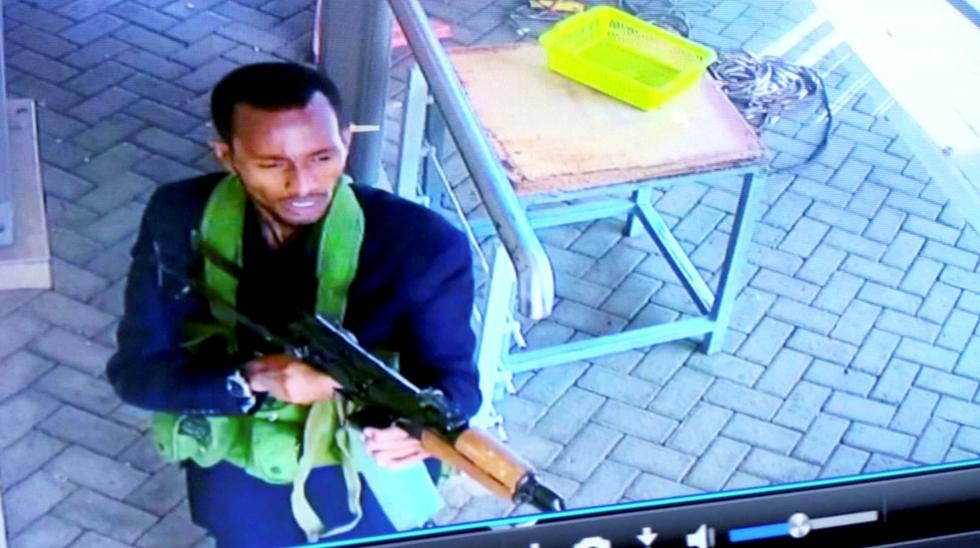 Kenia: ataque terrorista contra lujoso complejo hotelero de Nairobi se salda con 14 muertos. En la imagen uno de los atacantes de Al Shabab. (Reuters).