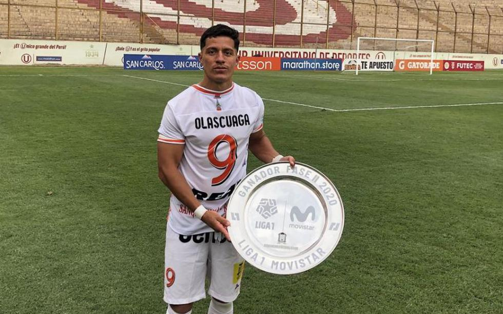 Carlos Olascagua con el trofeo de ganador de la fase 2 de la Liga 1 | Foto: Liga 1