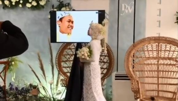 Un novio da positivo en covid-19 y la novia se casa sin él. (Foto: @intandiahkurniasari)